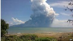 Eruzione di un vulcano su spiaggia in Indonesia: morti i bagnanti